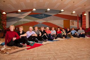 Yoga-Gruppe mit Leiterin Ute Schlenger (5. v. r.)