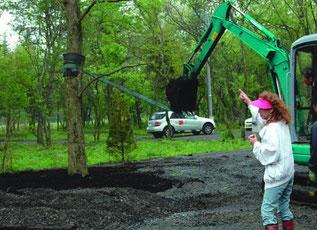 鈴木美津子さんが樹木移植