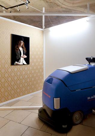 Columbus Clean, 2012, Installation: Bodenreinigungsgerät, Fotografie: 84,1 x 59,4, Pigment-Print, Damast-Stoff