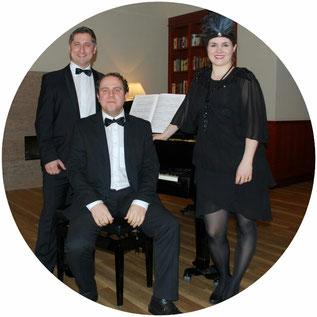 Die Sängerin Karolin Schell, der Sänger Theodor Reichardt und der Pianist Markus Schell in Wedel bei Hamburg. Konzert mit nostalgischer, witziger Musik der 30er, 40er & 50er