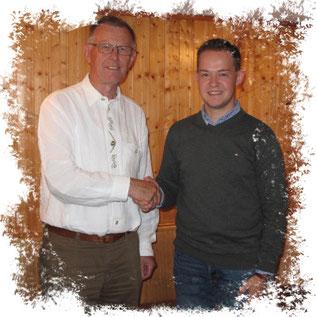 Der bisherige Fraktionsvorsitzende Wolfgang Schleiter gratuliert seinem Nachfolger Lukas Kaufmann (rechts) als Vorsitzenden der CDU-Fraktion in Wartenberg · Foto→ CDU Wartenberg