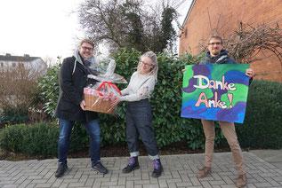 Bedanken sich stellvertretend für die Kifo-Kinder bei Anke Pöschke: SJR-Vorsitzender Achim Biesenbach (li.) und Jugendarbeitsreferent Martin Ratering (re.) - Foto: SJR