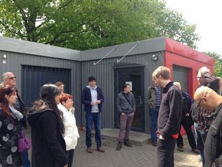 Marc Olszewski (Mitte) erläutert den israelischen Gästen Konzept, Zielgruppe und Angebote der Roten Bude