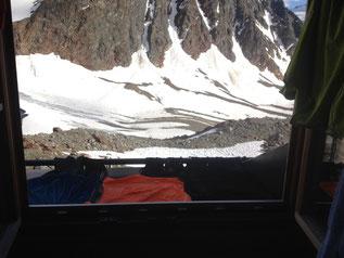 Ausblick aus Braunschweiger Hütte Gletscher Bettenlager Matratzenlager Alpen Österreich E5