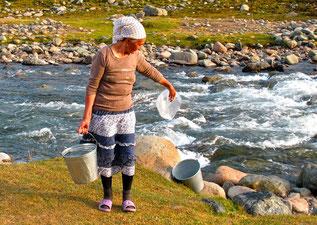 die Mutter von Mirko beim Wasserholen