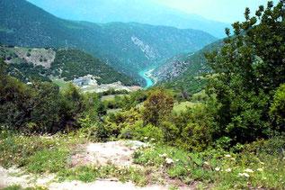 im Tal der Zufluss des Limmni Staudamms