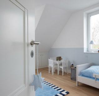 Schöne weiße  Tür, flächenbüniger Türgriff / Beschlag