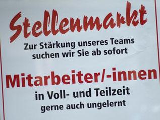 Ein Stellenangebot im Schaufenster einer Metzgerei. Immer mehr Frauen in Deutschland arbeiten in Teilzeitjobs. Foto: Peter Kneffel