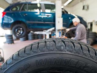 Reifenwerkstatt: Ab November sind Luftdrucksensoren für Reifen bei Neuwagen Pflicht. Foto: Patrick Pleul/Archiv