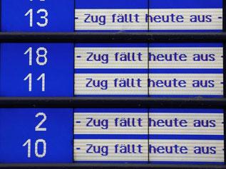 """Die Nachricht """"Zug fällt heute aus"""" bestimmt in Dresden das Bild an der Abfahrtstafel. Foto: Matthias Hiekel"""