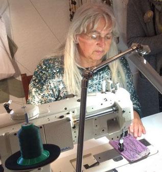 Petronella beim Nähen in ihrem Atelier