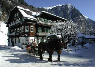 Bild: Hoteldorf Grüner Baum, Bad Gastein, Österreich - Pferdekutschenfahrt in Winteridylle