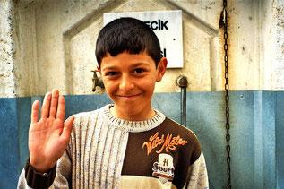 Mustafa bewachte den Brunnen der Ort-Moschee