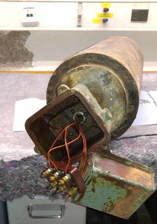 Trommelmotor für ein Förderband im Kieswerk. Durch lange Standzeit vollgelaufen und wieder getrocknet