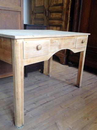 Auf dem Bild ist ein alter Bauerntisch aus Holz mit zwei Schubladen zu sehen, der von Nouvelle-Antique aus Aachen verkauft wird.