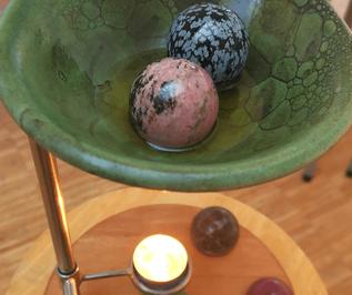 Edelsteinkugel in Stövchen für Aurum Manus Massage