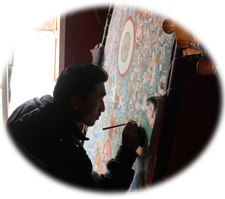 Nepalese malt Thangka in meditativer Haltung