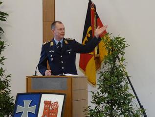 Das Bild zeigt den Kommandeur des Logistikbataillon 461 bei seiner Gelöbnisrede. (Bild: Gerd Teßmer)