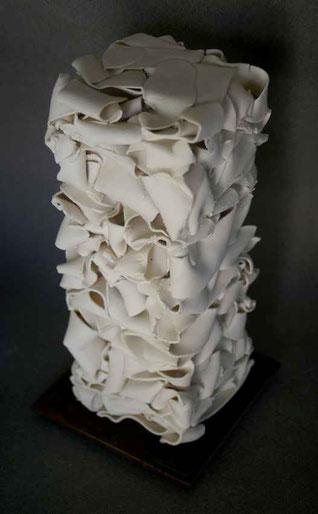 Porcelaine cuite, socle acier - Hauteur : 29cm - Largeur : 12cm (16cm avec le socle) - Profondeur : 12cm (16cm avec le socle) - Disponible à la vente