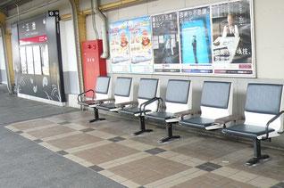 ホームのベンチも新しくなった(2015年3月20日撮影)