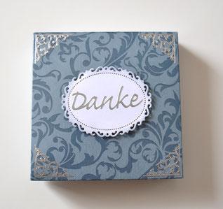 Geschenkbox blau mit Dankeschild