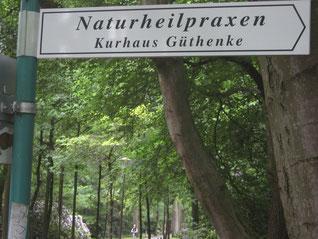 Hinweisschild Naturheilpraxen an der Parkstraße