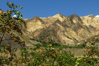 Buntes Farbenspiel an den Bergflanken im Erbaa-Tal