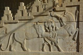 Löwe schlägt Stier - Symbol für den Wechsel der Jahreszeiten