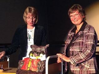 Birgit Kasberg bedankt sich bei Elisabeth Vietzke mit einem Kantenhocker Foto: Stadtbücherei