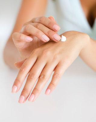 Eine Handpflege verleiht ihren Händen wieder ein schönes Aussehen. Ueberlassen sie die Manicure ihrer Kosmetikerin in Basel's Bestem Kosmetikstudio