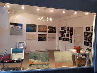 Un pop up store de tableaux d'art contemporain avec des tableaux en marqueterie de bois , teintés avec des colorants écologiques