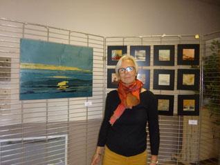 une artiste, des tableaux de marqueterie de bois, de l'abstrait