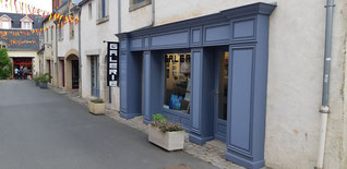 la rue de la juiverie à Guérande. la vitrine de la galerie d'art contemporain