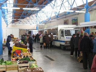 Labastide Rouairoux, le marché couvert chaque jeudi propose des commerçants en alimentation, bazar, vêtements