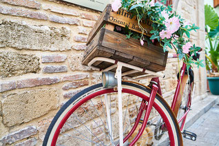 花かごを乗せた赤い自転車。アンティーク調。