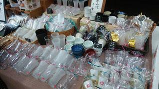 7-Colorsのブース。一番人気は中擦りで酒を注ぐと柄が現れるショットグラス。陶器も何種類か取り揃え。