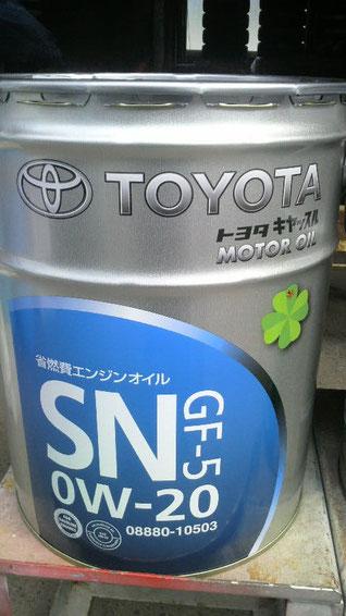 カートピア石橋の交換用オイル。トヨタキヤッスル SN 0W-20。API規格 SN、ILSAC規格 GF-5の基準をクリアしたトヨタ車専用設計のトップグレードオイル。高品質基油をベースに、高い省燃費性能を実現。さらに、トヨタSNエンジンオイル内で最高の耐磨耗性を発揮。エンジンをしっかりと保護し、愛車のエンジンを新車のように保ちます。トヨタ新車のほぼすべてのエンジンに充填される、トヨタ最新の省燃費エンジンオイルです。