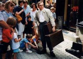 Lucien Thétique (alias Philippe Derlet) dans les rues de Namur