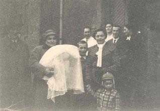Die Taufe von Claude Arend - 1956 - Getragen wird er von der damaligen Hebamme