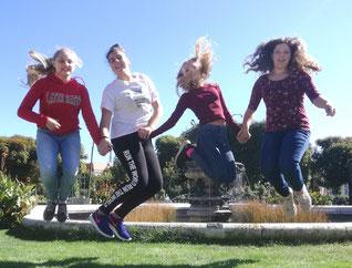 Ihre Freude über das schöne Wetter zeigten Lisa L, Lisa W., Tanja R. und Alexandra mit einem Luftsprung im  Volksgarten .