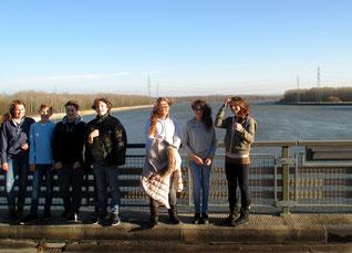 Auf der Staumauer an der Donau war es sehr windig