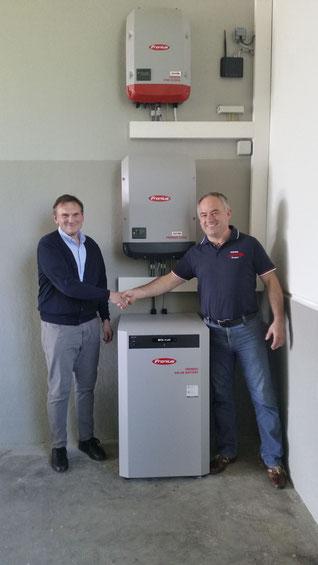 Norbert Schuster(r.) nach erfolgreicher Inbetriebnahme einer Photovoltaik Anlage mit Fronius Wechselrichter beim Ostermiethinger Reisebusunternehmen Felber