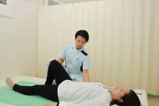 仰臥位で優しく膝上部を触れて下肢をゆらし、腹部から大腿部、下腿部を調整します