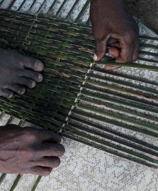 Art de la vannerie d'aroumans avec Michel Pinas artisan bushinengué N'djuka.