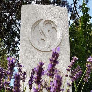 Grabstein aus hellem Kalkstein, handwerklich bearbeitet