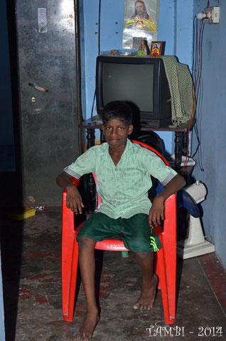 Christraj dans la pièce unique de vie de sa maison
