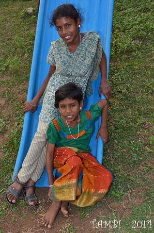 Vijaylakshmi en haut et Jayalakshmi en bas sur le terrain de jeu des tambis - Déc. 2014