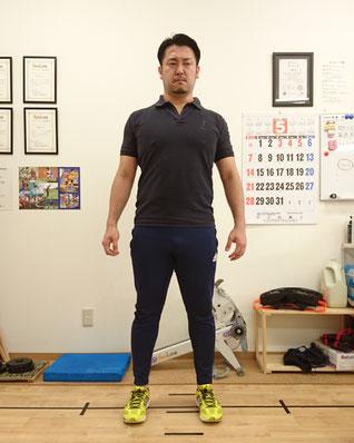 「膝・つま先」が真っすぐ前を向いている状態。お尻はカッチカチです。姿勢も良くなりますね♪