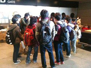 さいたまスーパーアリーナ前での学生ミーティングの様子