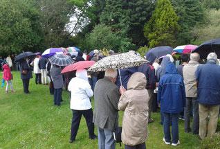 La pluie... (près de la fontaine de ND de Kernitron, au départ de la procession des bannières)